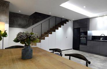 Ngôi nhà diện tích 41m2 ở TP HCM đượckiến trúc sư Trương Trọng Đạt tận dụng gầm cầu thang làm kho chứa đồ. Ảnh: Minimal Design