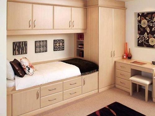 Tủ quần áo hẹp và cao, giường thông minh giúp phòng ngủ cất được nhiều đồ và có cảm giác rộng hơn. Ảnh: Insearchof.